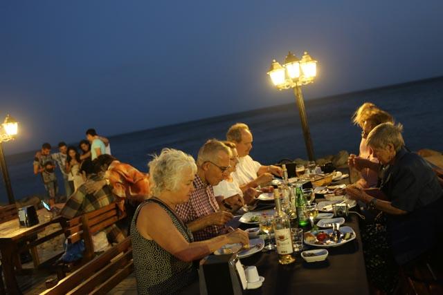 Middag med Kaspiska havet i bakgrunden. Foto: Johnny Friskilä