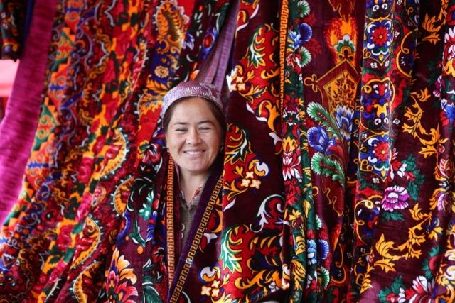 Kvinna på marknaden i Urgut, Uzbekistan. Foto: Johnny Friskilä