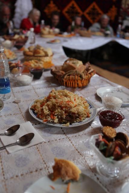 Bordet är dukad med Plov. Foto: Johnny Friskilä