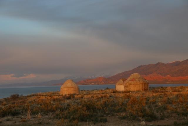 Solen går ner utanför jurtan vid Issyk Kul i Kirgizistan. Foto: Johnny Friskilä