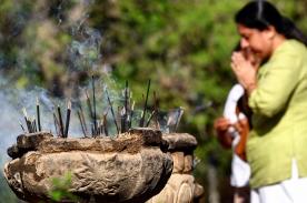 Kandy-praying