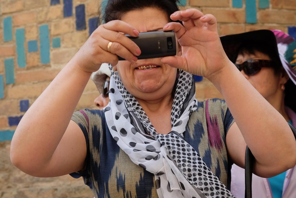 Uzbeks with mobiles Shah i Zinda-0498