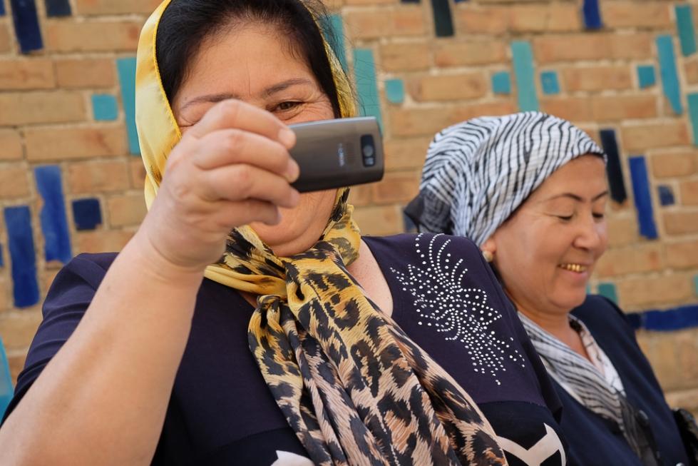 Uzbeks with mobiles Shah i Zinda-0499