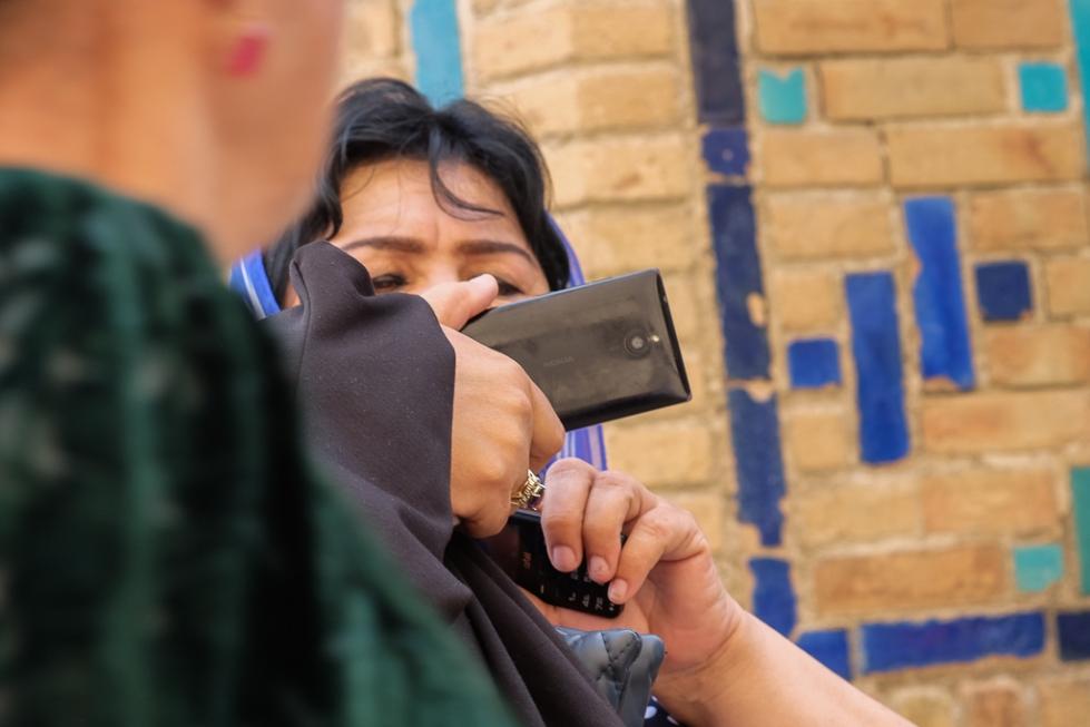 Uzbeks with mobiles Shah i Zinda-0506