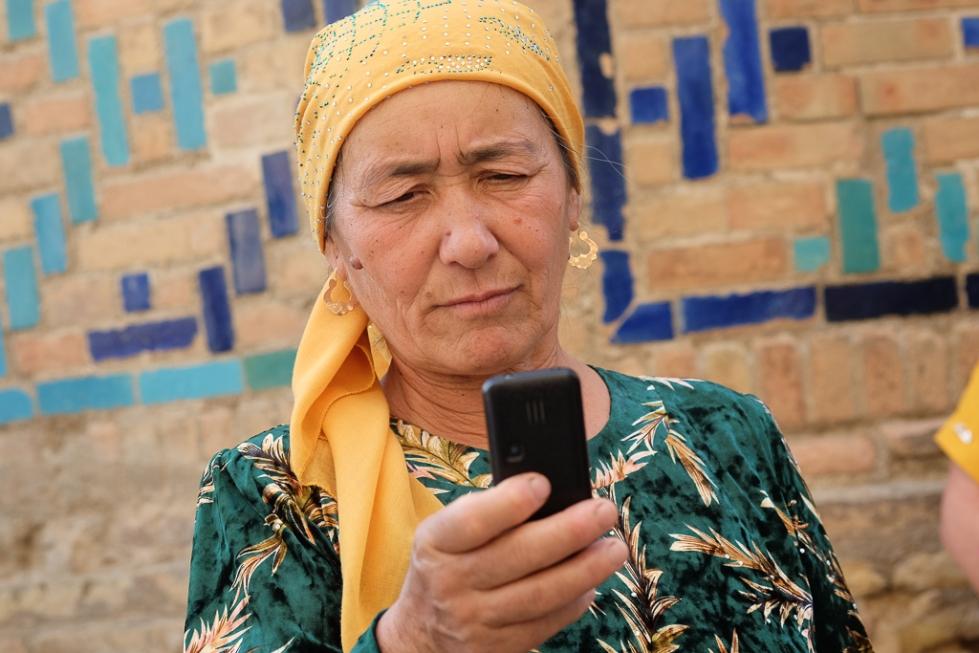 Uzbeks with mobiles Shah i Zinda-0509