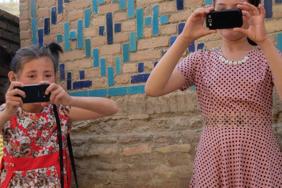 Uzbeks with mobiles Shah i Zinda-0520