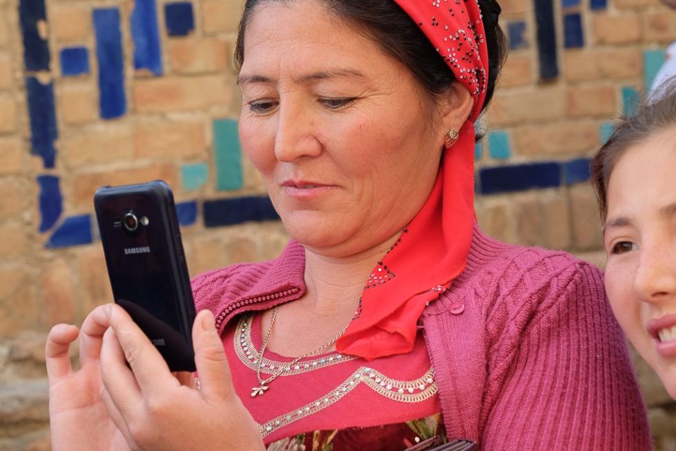 Uzbeks with mobiles Shah i Zinda-0523