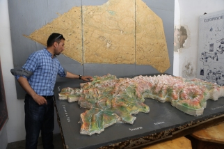 Local guide explaining map of Tajikistan-5730